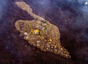 Photo of Eruption in the Canaries: a house miraculously saved from the lava flow