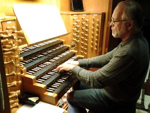 at-the-cahors-organ-festival,-an-astrophysicist-at-the-keyboard